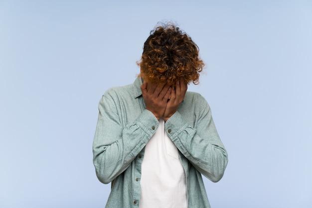 Jovem, homem americano africano, sobre, isolado, parede azul, com, cansado, e, expressão doente
