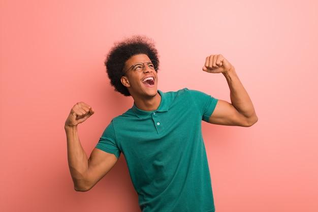 Jovem, homem americano africano, sobre, um, parede cor-de-rosa, que, não, rendição