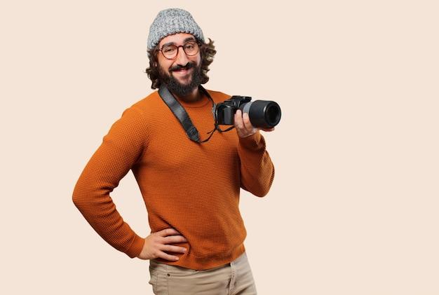Jovem homem barbudo com câmera fotográfica