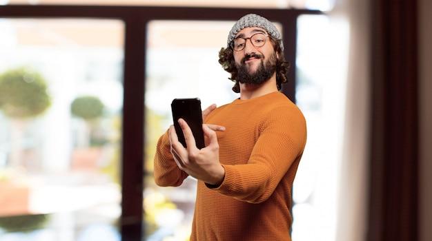 Jovem homem barbudo com um telefone inteligente