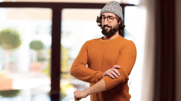 Jovem homem barbudo desafio pose