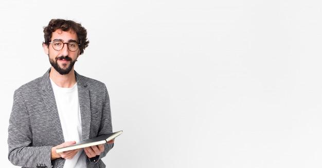 Jovem homem barbudo louco com um notebook