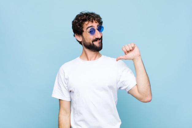Jovem homem barbudo louco usando óculos de sol