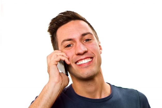 Jovem homem bonito no telefone