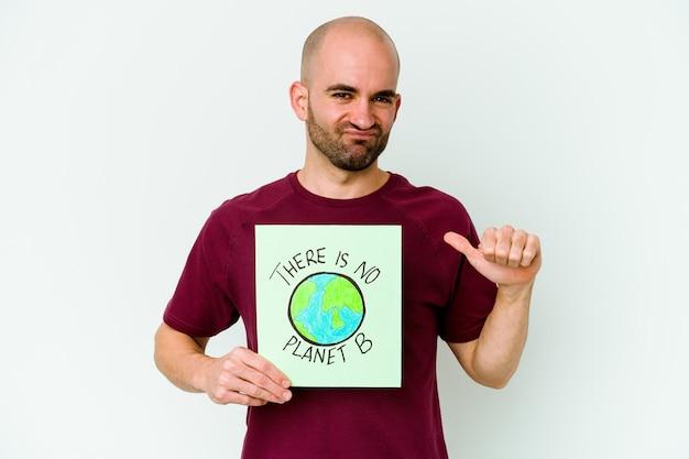 Jovem homem careca caucasiano segurando um cartaz de não há planeta b isolado na parede roxa sente-se orgulhoso e autoconfiante, exemplo a seguir.