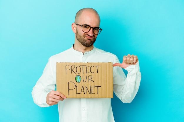 Jovem homem careca caucasiano segurando um protetor de nosso planeta cartaz isolado na parede roxa se sente orgulhoso e autoconfiante, exemplo a seguir.
