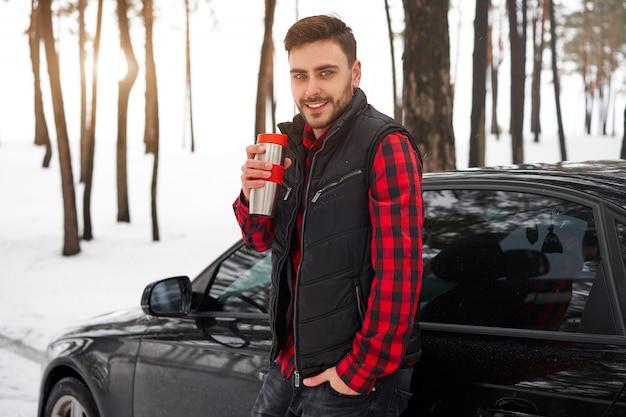 Jovem homem caucasiano a sorrir. inverno. natureza