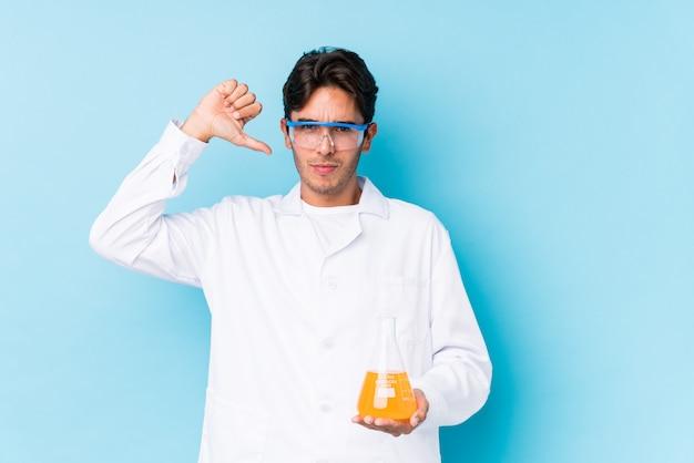 Jovem homem caucasiano científico isolado sente-se orgulhoso e auto-confiante, exemplo a seguir.