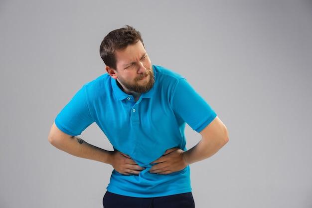 Jovem homem caucasiano com dor abdominal