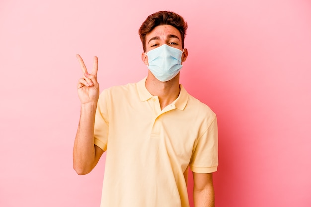 Jovem homem caucasiano com proteção contra coronavírus isolado