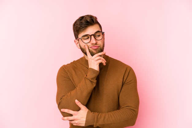 Jovem homem caucasiano contemplando, planejando uma estratégia, pensando