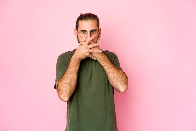 Jovem homem caucasiano expressando emoções isolado
