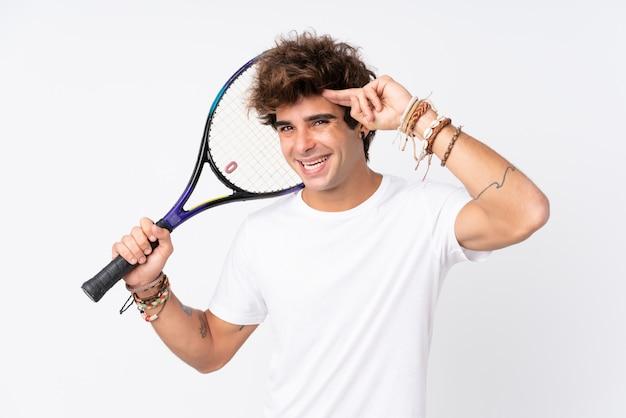 Jovem homem caucasiano isolado parede branca jogando tênis