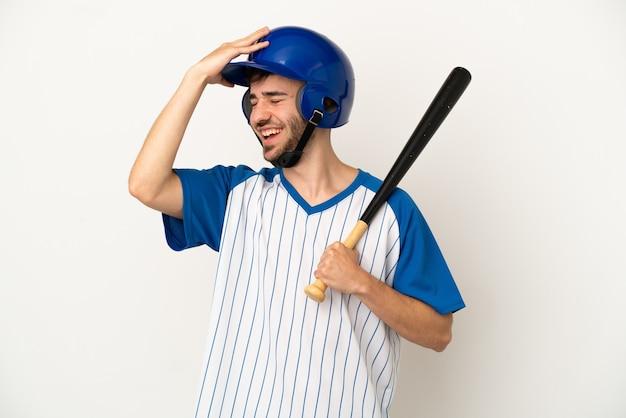 Jovem homem caucasiano jogando beisebol isolado no fundo branco percebeu algo e pretende a solução