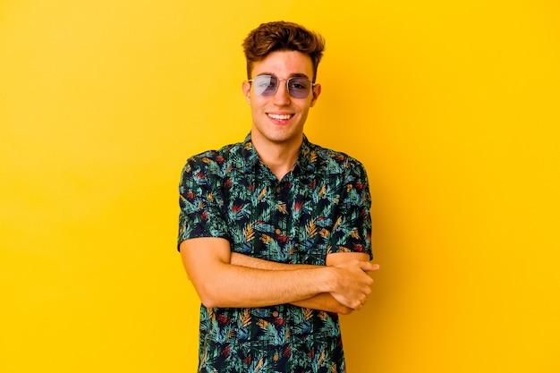 Jovem homem caucasiano vestindo uma camisa havaiana isolado