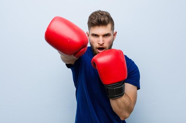 Jovem homem caucasiano vestindo uma luvas de boxe