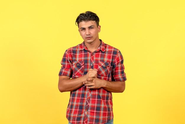Jovem homem de frente com uma camisa brilhante na cor do modelo masculino de fundo amarelo