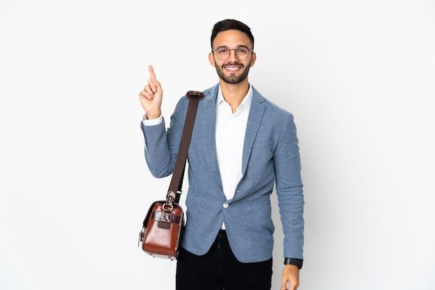 Jovem homem de negócios caucasiano isolado no fundo branco apontando uma ótima ideia