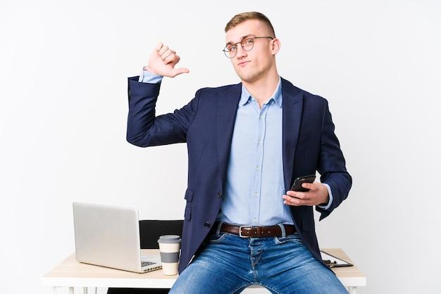 Jovem homem de negócios com um laptop se sente orgulhoso e autoconfiante, exemplo a seguir.