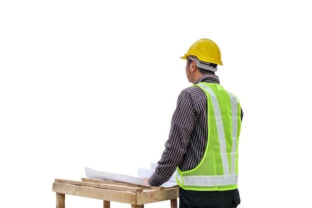 Jovem homem de negócios, engenheiro profissional, trabalhador com planta e capacete de segurança isolado no fundo branco