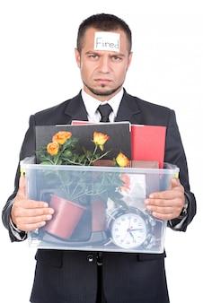 Jovem homem demitido de seu trabalho com as coisas.