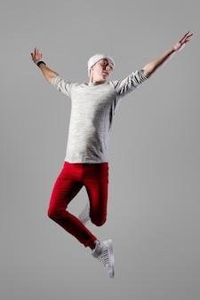 Jovem, homem despreocupado, pulando