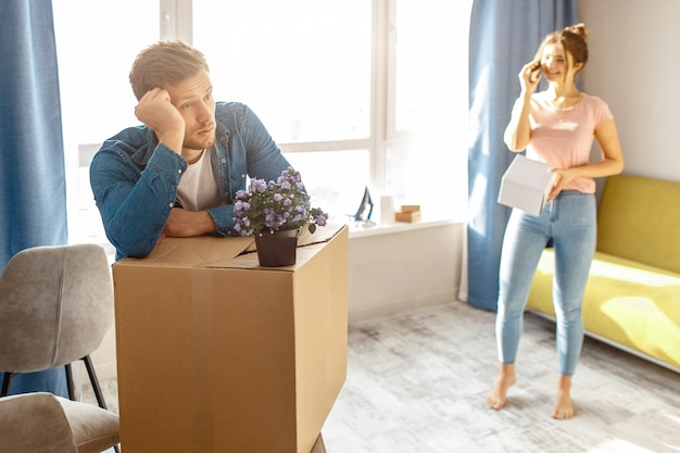 Jovem homem e mulher de embalagem