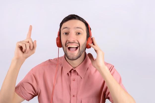 Jovem homem engraçado com fones de ouvido