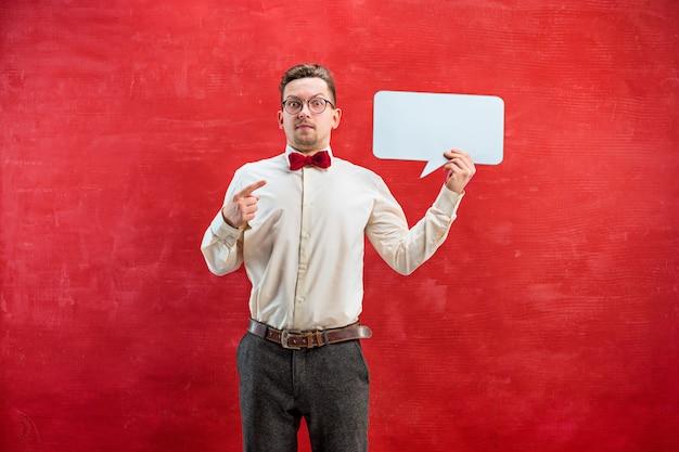 Jovem homem engraçado com sinal em branco vazio