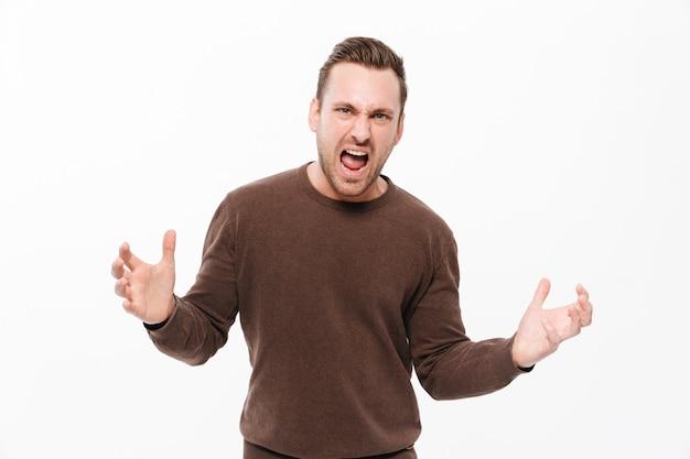 Jovem homem gritando com raiva