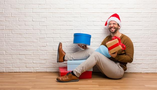 Jovem homem louco celebrando o natal em sua casa