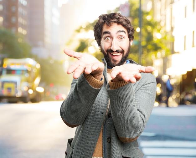Jovem homem louco expressão feliz