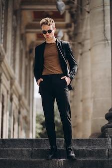 Jovem, homem, modelo, posar, rua