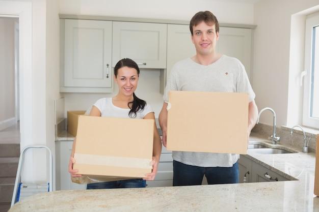 Jovem, homem, mulher, segurando, em movimento, caixas