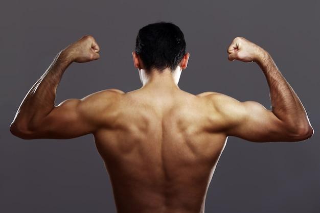 Jovem homem musculoso