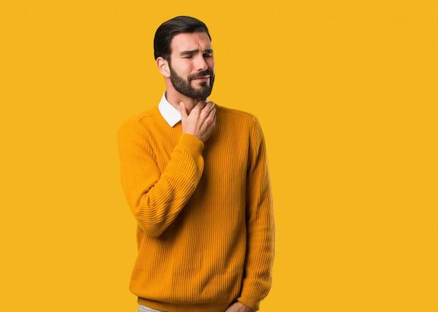 Jovem homem natural tosse, doente devido a um vírus ou infecção