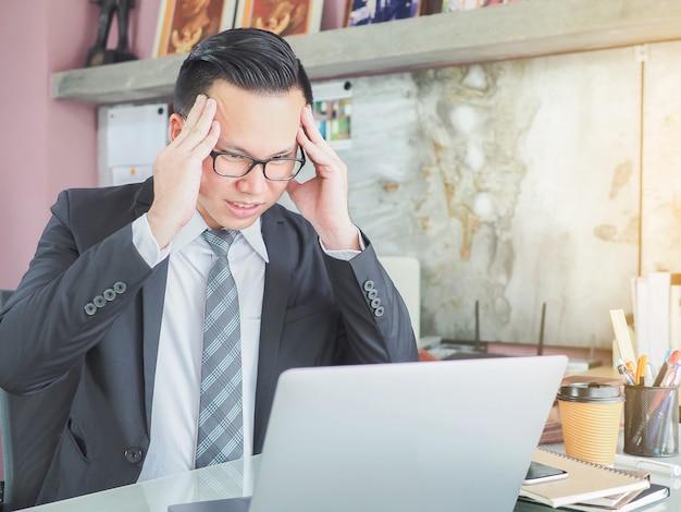 Jovem, homem negócios, cansado, trabalhos, usando, laptop, em, café, escritório