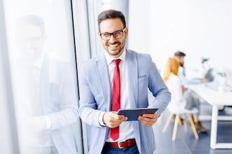 Jovem, homem negócios, com, tablete digital, em, escritório