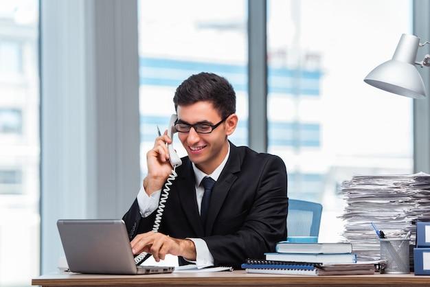 Jovem, homem negócios, conversa telefone