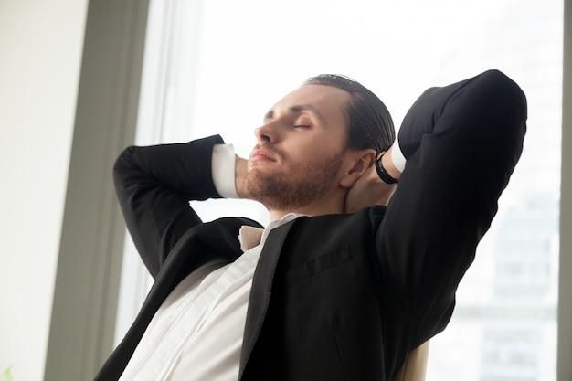 Jovem, homem negócios, descansar, trabalho
