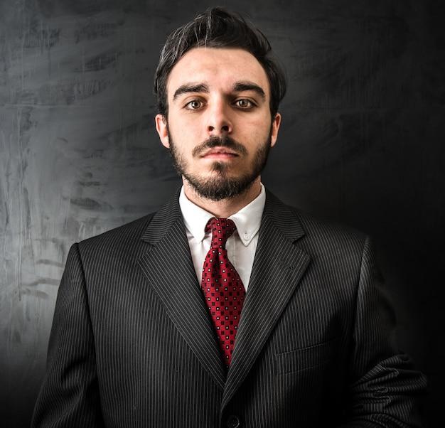 Jovem, homem negócios, em, experiência escura