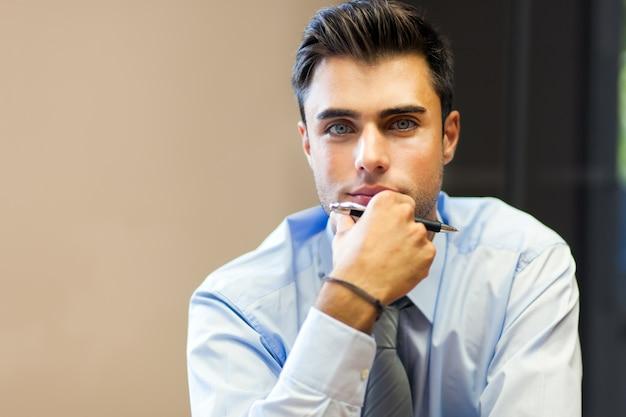 Jovem, homem negócios, em, seu, escritório