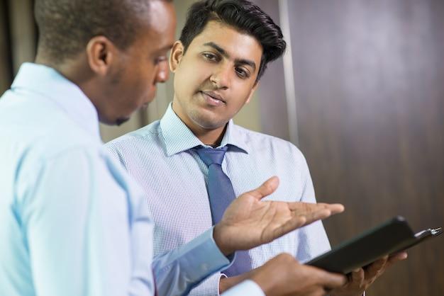 Jovem, homem negócios, escutar atentamente, para, seu, coworker