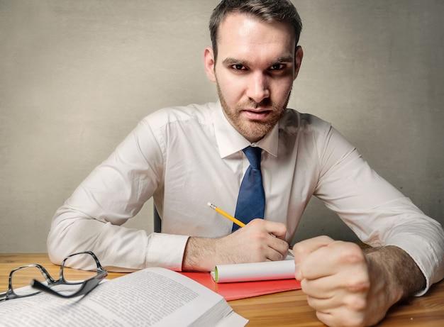 Jovem, homem negócios, notas levando