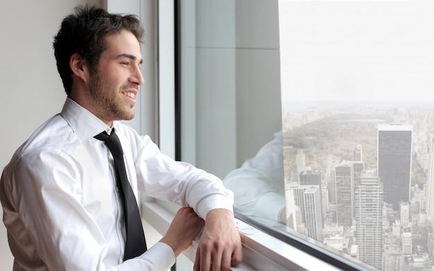 Jovem, homem negócios, olhar, janela