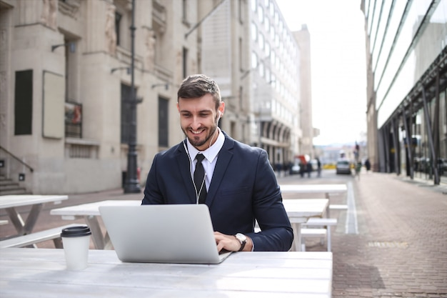 Jovem, homem negócios, trabalhando, ao ar livre