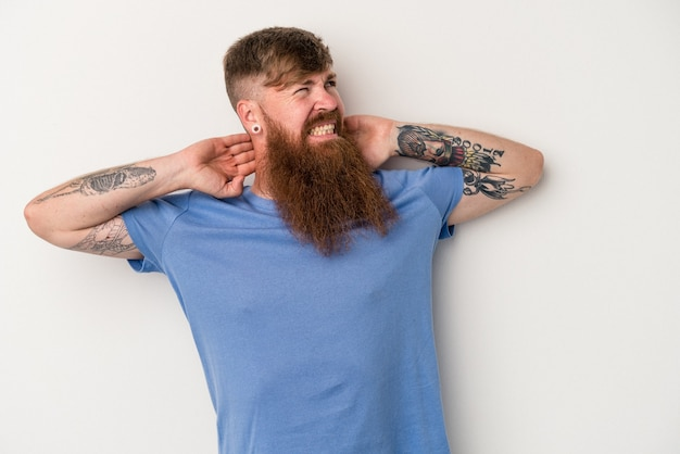 Jovem homem ruivo, caucasiano, com barba comprida, isolado no fundo branco, sofrendo de dor no pescoço devido ao estilo de vida sedentário.