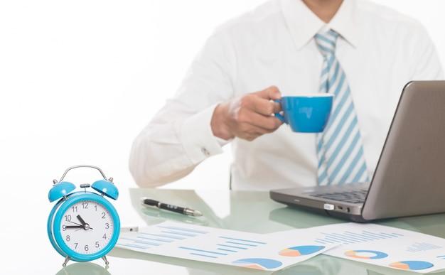 Jovem, homens, trabalhando, horas extras, escritório