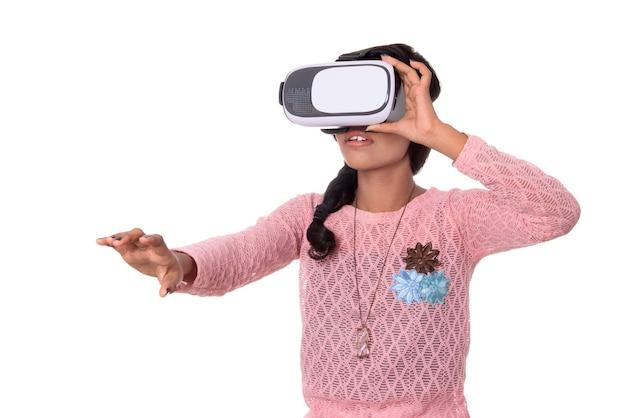 Jovem indiana olhando através do dispositivo vr, fone de ouvido de óculos de realidade virtual 3d, garota com tecnologia de imagem moderna do futuro.