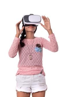 Jovem indiana olhando através do dispositivo vr, fone de ouvido de óculos de realidade virtual 3d, menina com tecnologia de imagem moderna do futuro.